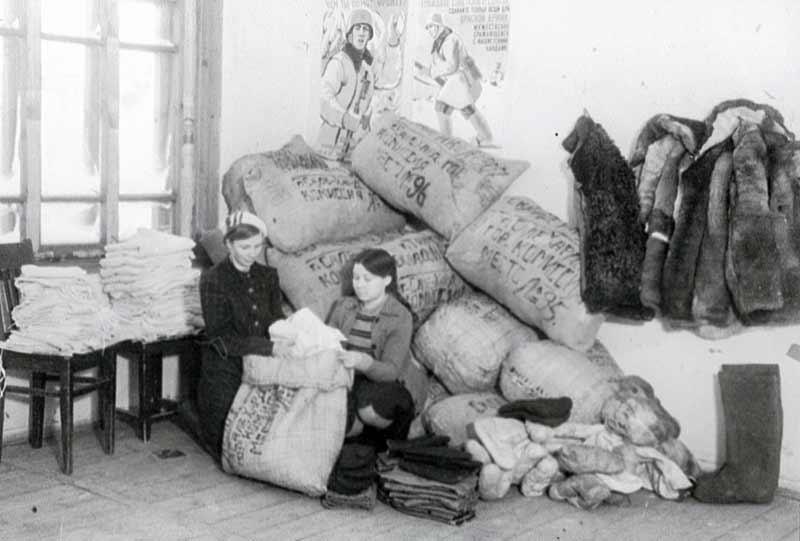 Упаковка теплых вещей для фронта. 1943 г.