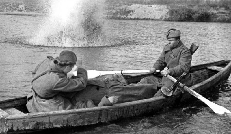 Санинструктор Валентина Росликова перевязывает раненного. Октябрь 1943 г.