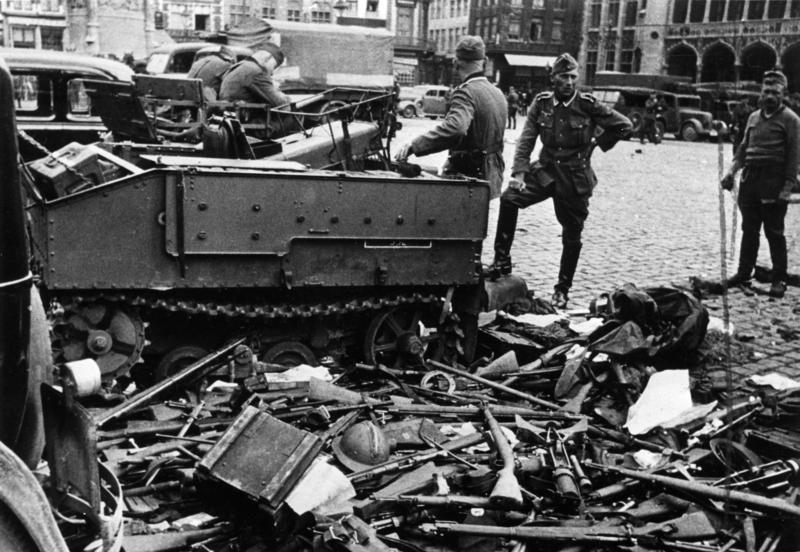 Немецкие солдаты складывают бельгийское оружие в Брюгге после капитуляции. Май 1940 г.