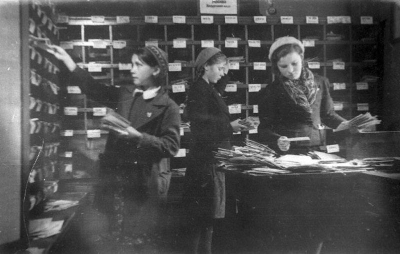 Сортировщицы письменной корреспонденции Московского вокзала города Ленинграда 1943 г.