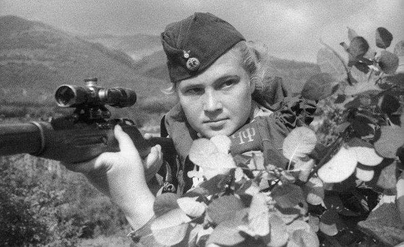 Снайпер 255-й бригады морской пехоты Черноморского флота, старший Миронова Е. Ф. в районе Новороссийска. 1943 г.