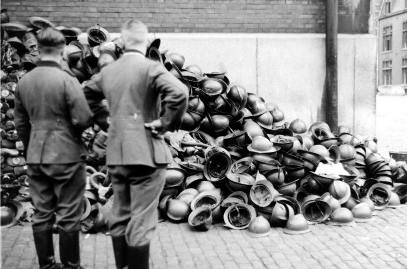 Бельгийские каски пленных военнослужащих. Май 1940 г.
