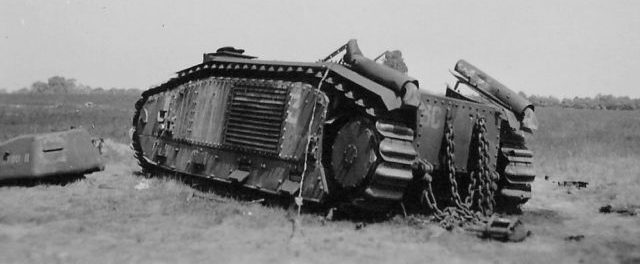 Подбитый французский танк Char B1-bis на дороге в Дене. Май 1940 г.