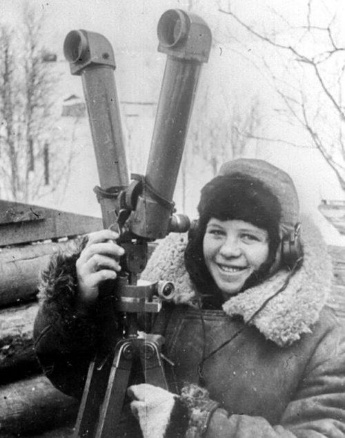Сигнальщик-наблюдатель зенитной батареи Мария Травкина. 1943 г.