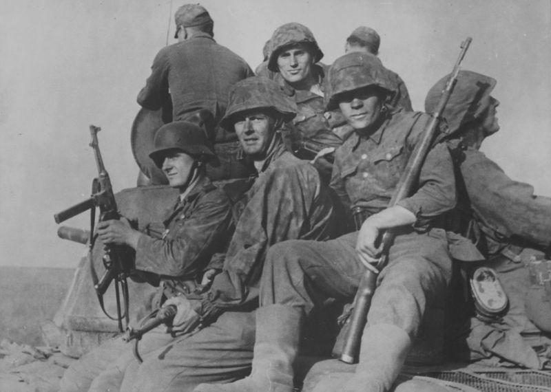 Гренадеры батальона СС «Нарва» на броне трофейного танка Т-34. Апрель 1944 г.
