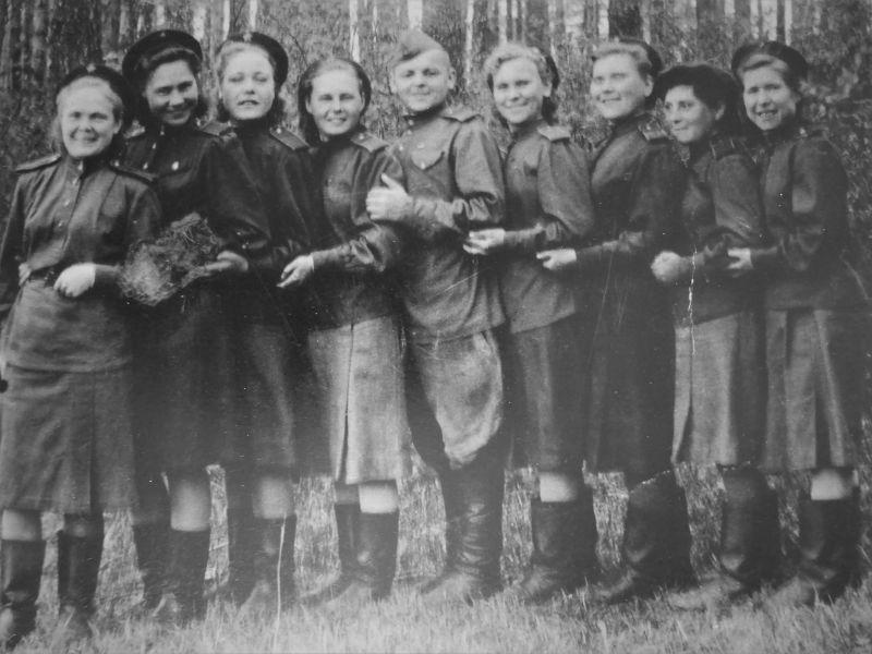 Девушки-военнослужащие поста № 88 из 5-го отряда 8-го полка аэростатов заграждения противовоздушной обороны Москвы. 1943 г.