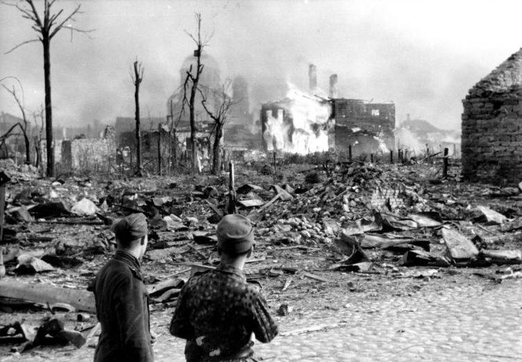 Военнослужащие войск СС на разрушенной улице Нарвы после советского авианалета. Июнь 1944 г.