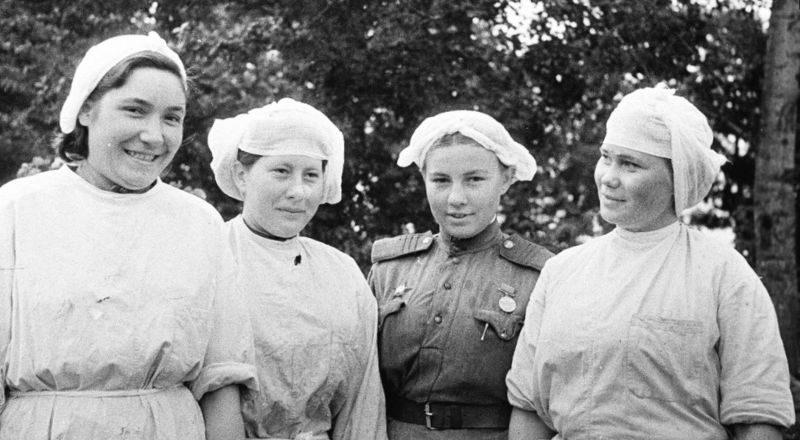 Медсестры одного из медсанбатов Западного фронта. 1943 г.