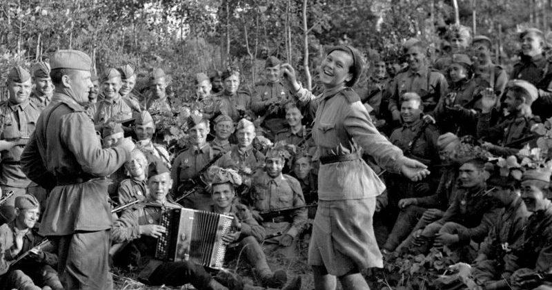 В минуты затишья на фронте. 1943 г.