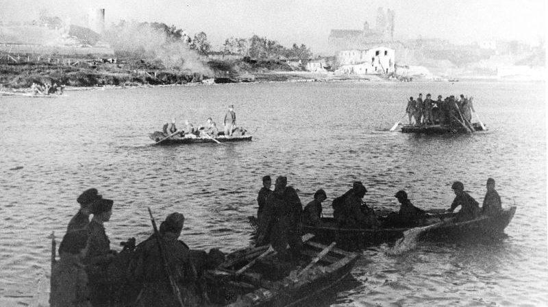 Красноармейцы переправляются через реку Нарву. Июль 1944 г.