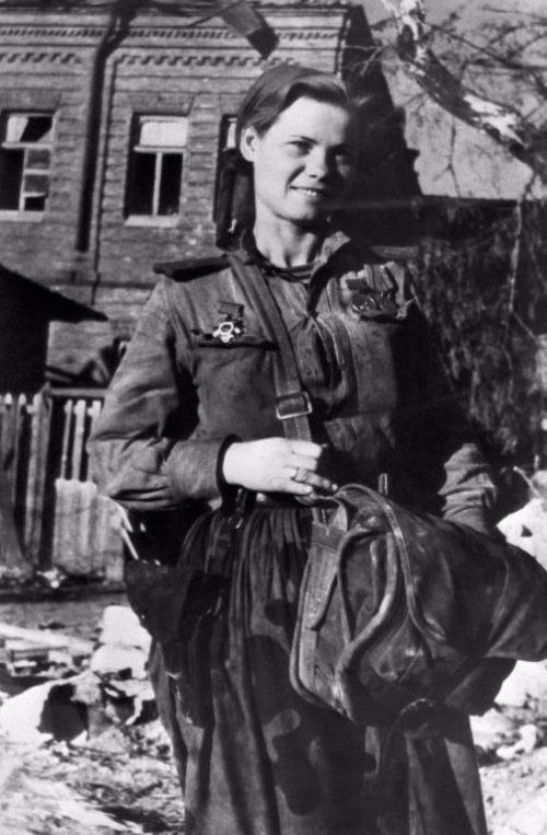 Санинструктор 393-го отдельного батальона морской пехоты Надежда Лихацкая в освобожденном Новороссийске. 1943 г.