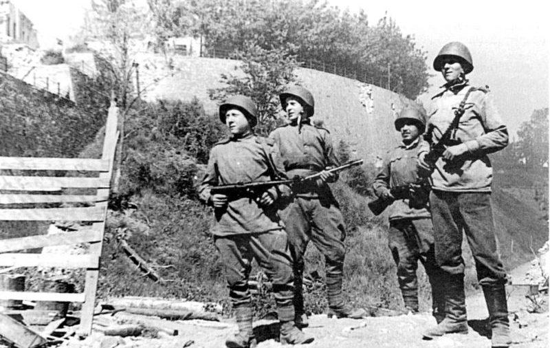 Советские солдаты в освобожденной Нарве. Июль 1944 г.