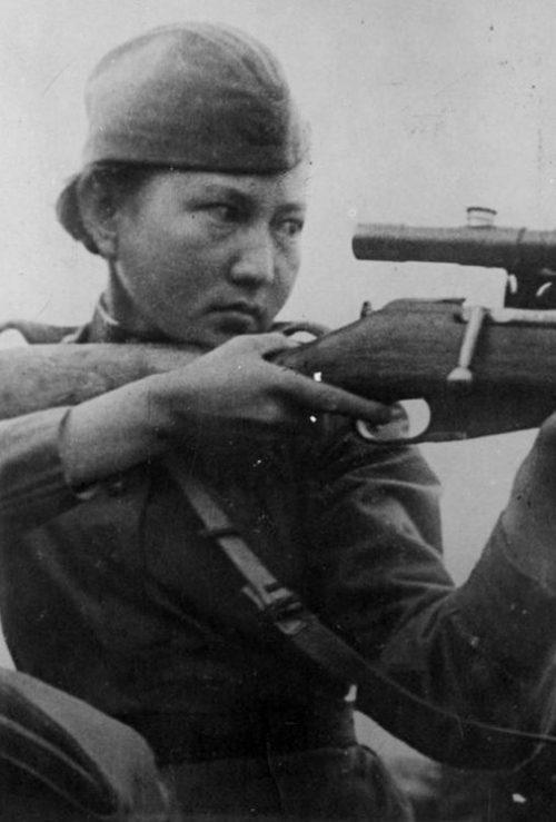 Снайпер 54-й отдельной стрелковой бригады Алия Молдагулова. 1943 г.