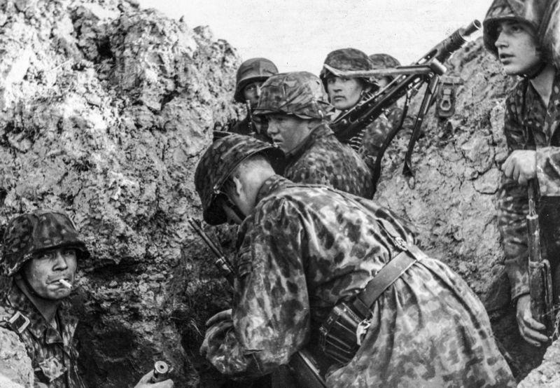 Гренадеры 24-го панцер-гренадерского полка «Данмарк» в окопе перед атакой. Август 1944 г.