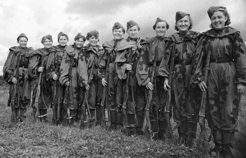Группа женщин-снайперов перед отправкой на фронт. 1943 г.