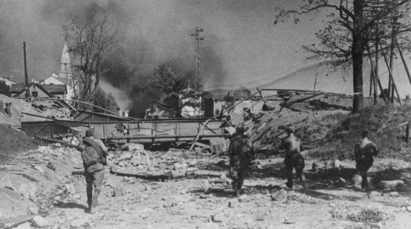 Советские пехотинцы ведут бой на южной окраине города Тарту. Август 1944 г.