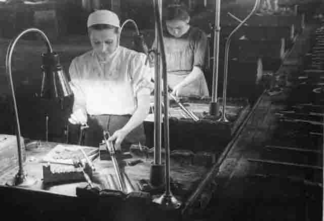 Сборочный конвейер Ижевского оружейного завода. 1943 г.