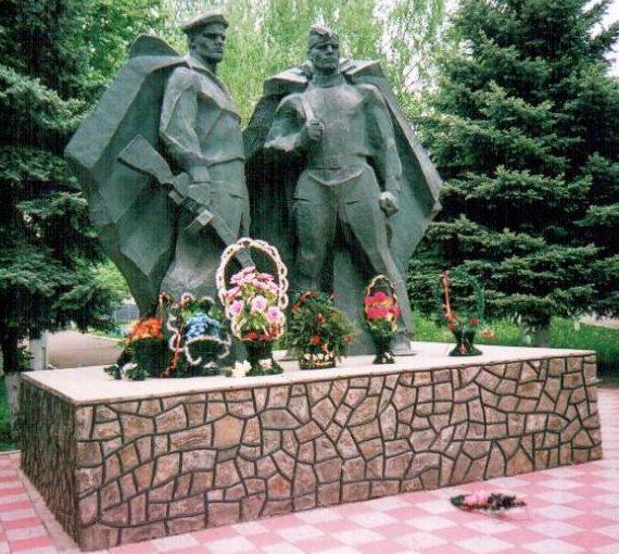 п. Врадиевка. Памятник погибшим советским воинам.