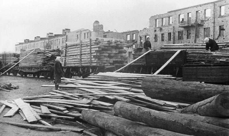 Разгрузка эшелона со стройматериалами. Сталинград, 1943 г.