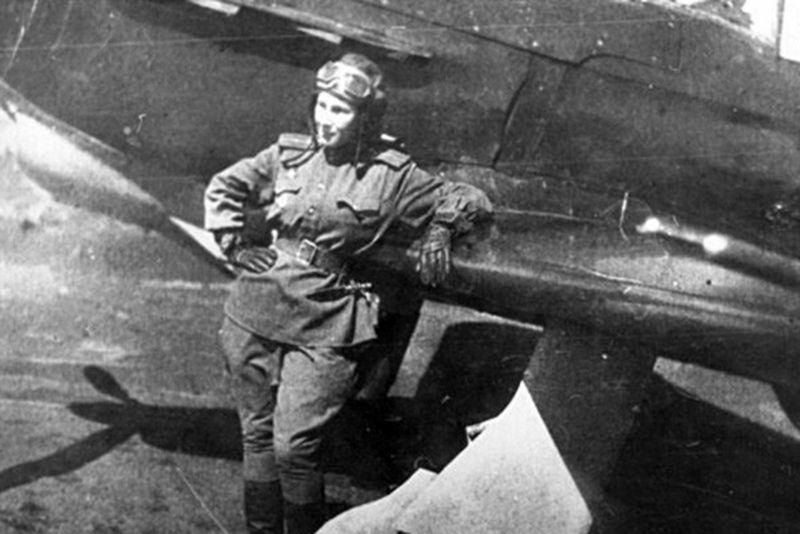 Пилот-истребитель Лидия Литвяк у своего истребителя Як-1Б. 1943 г.