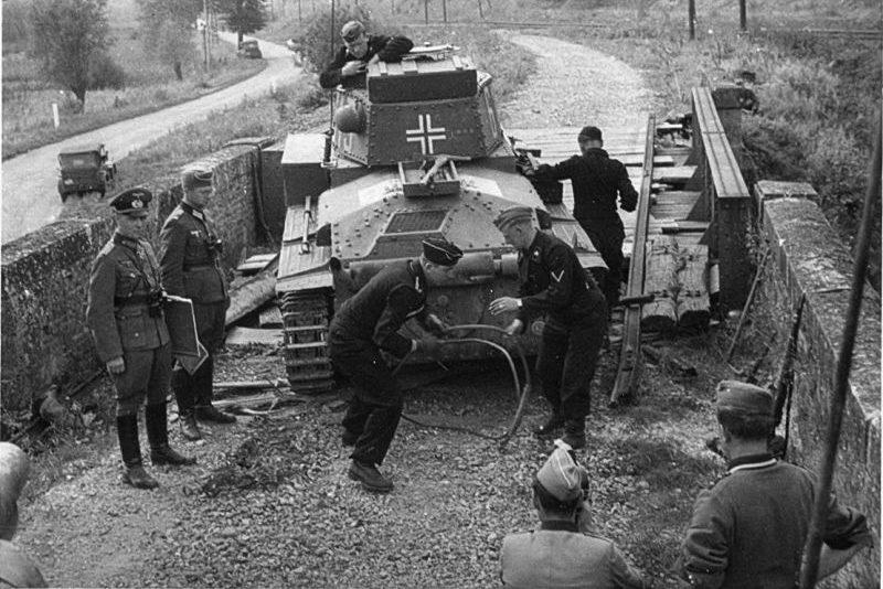 Немецкий лёгкий танк Pz.Kpfw.38(t) чешского производства за ремонтом гусеницы. Май 1940 г.