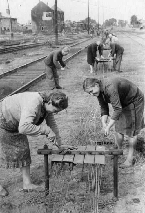Девушки-связистки работают на восстановлении Брестского железнодорожного узла. 1944 г.
