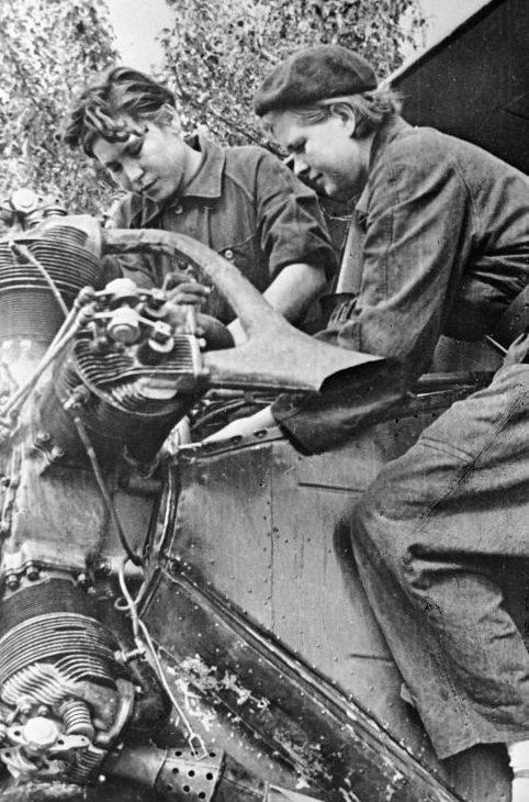 Техники Мария Щелканова и Вера Дмитриенко готовят самолет У-2 к боевому вылету. 1943 г.