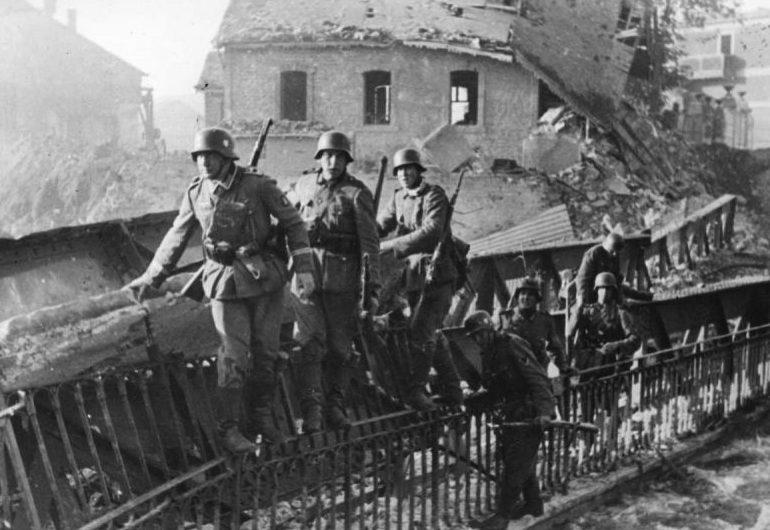 Немецкие солдаты в разрушенном городке. Май 1940 г.