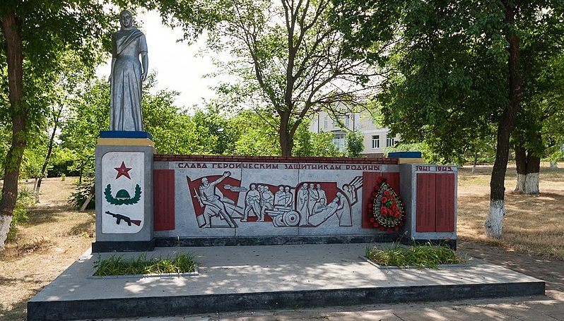 с. Богдановка Доманёвского р-на. у школы. Памятник у школы, установленный в 1965 году в честь воинов-земляков, погибших в годы войны.
