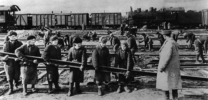Восстановление железнодорожных путей на станции Ржев. 1943 г.
