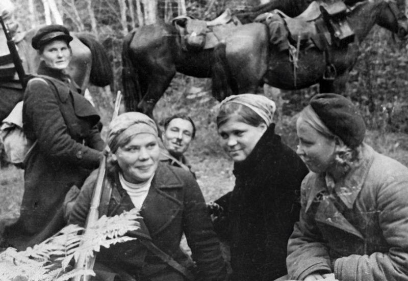 Женщины партизанского отряда на привале. 1943 г.