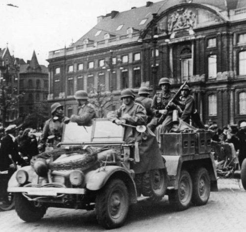 Немецкие артиллеристы проезжают по площади Сен-Ламбер в Льеже. Май 1940 г.