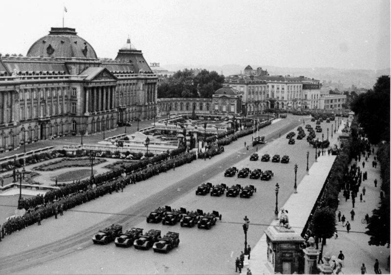 Парад немецких солдат у Королевского дворца в Брюсселе. Май 1940 г.