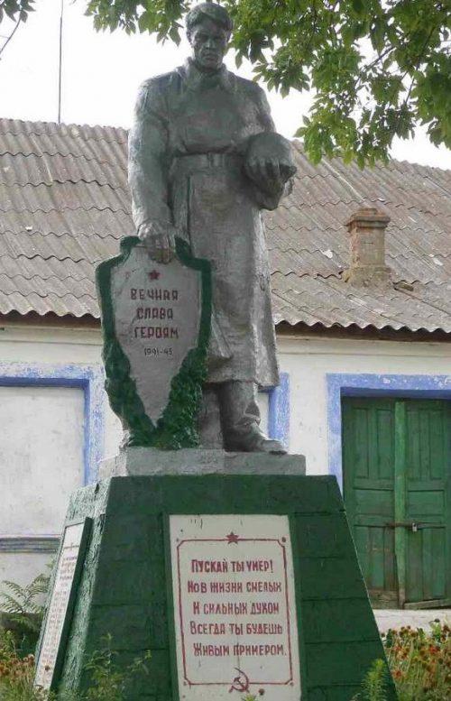 с. Козубовка Доманёвского р-на. Памятник советским воинам.