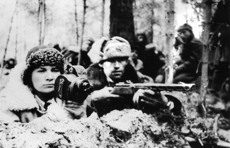Кинооператор Мария Сухова в партизанском отряде. 1943 г.
