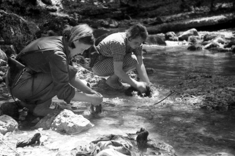 Партизаны 1-й бригады Северного соединения партизан Крыма стирают белье на берегу реки Бурульчи. 1943 г.