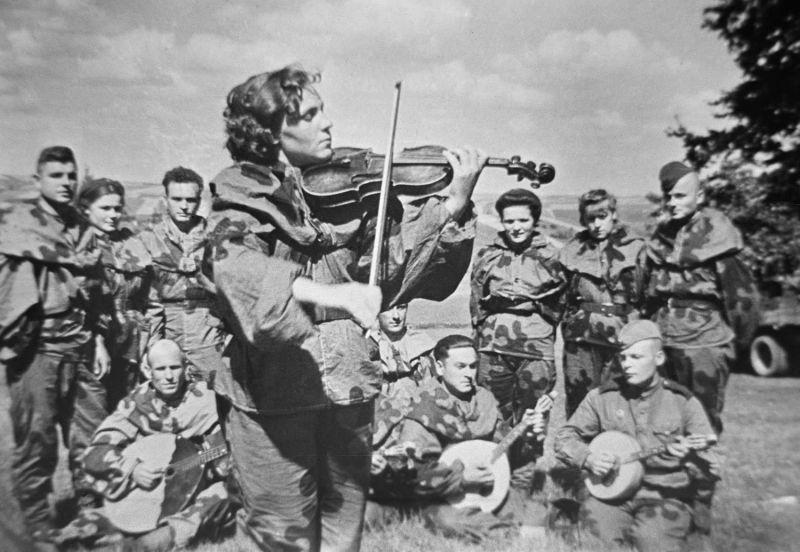 Санинструктор батальона Антонина Магданская в минуты затишья играет на скрипке. 2-й Украинский фронт. 1943 г.