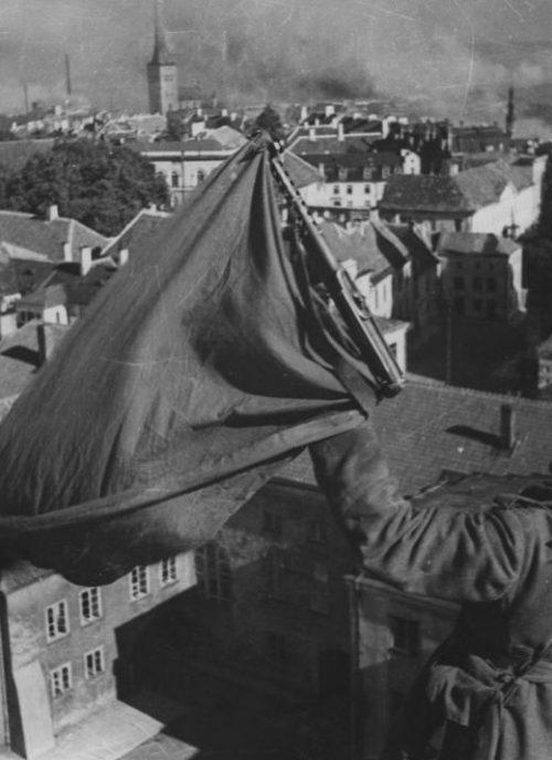 Красный флаг на башне здания Президиума Верховного Совета Эстонской ССР в Таллине. Сентябрь 1944 г.