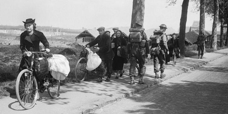 Бельгийские беженцы направляются во Францию. Май 1940 г.