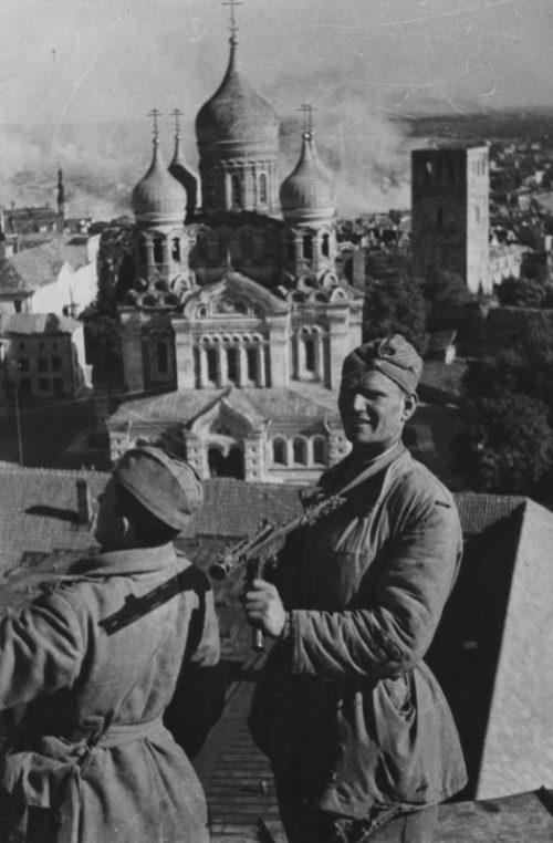 Красноармейцы на здании Президиума Верховного Совета Эстонской ССР. Сентябрь 1944 г.