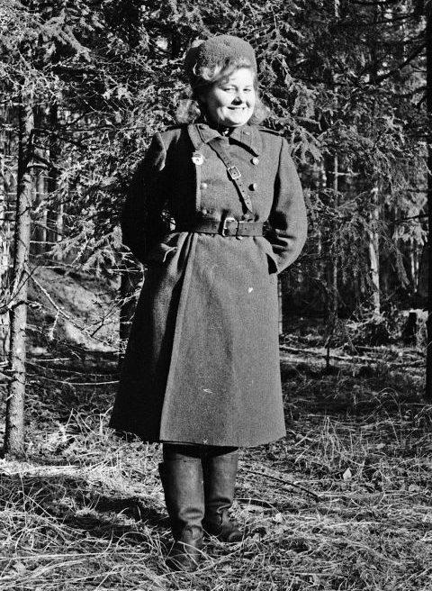 Секретарь-машинистка отдела контрразведки 61-й Свердловской гвардейской танковой бригады 10-го Уральского Добровольческого танкового корпуса гвардии младший лейтенант Анна Загоскина. 1943 г.