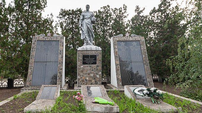с. Прибужжя Доманёвского р-на. Памятник, установленный на братской могиле, в которой похоронено 68 советских воинов и памятный знак в честь воинов-земляков, погибших в годы войны.