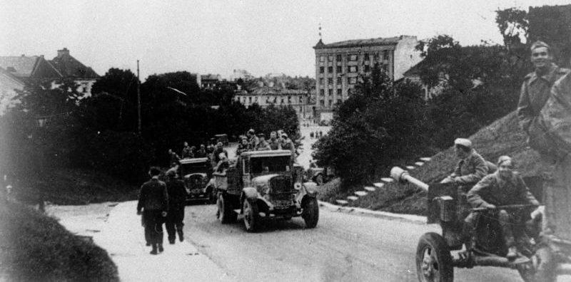 Советские артиллеристы поднимаются на гору Тоомпеа в Таллине. Сентябрь 1944 г.