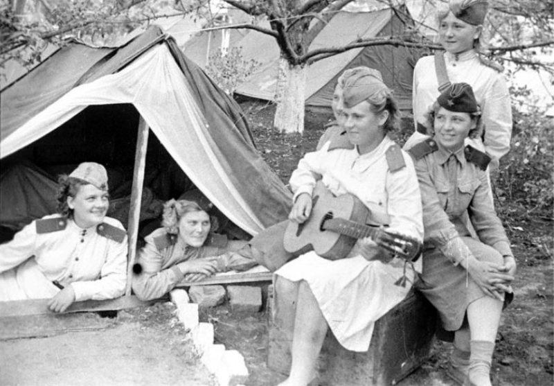 Минуты отдыха на фронте. 1943 г.