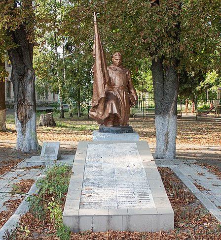 п. Верхнячка Христиновского р-на. Памятник, установленный на братской могиле партизан.