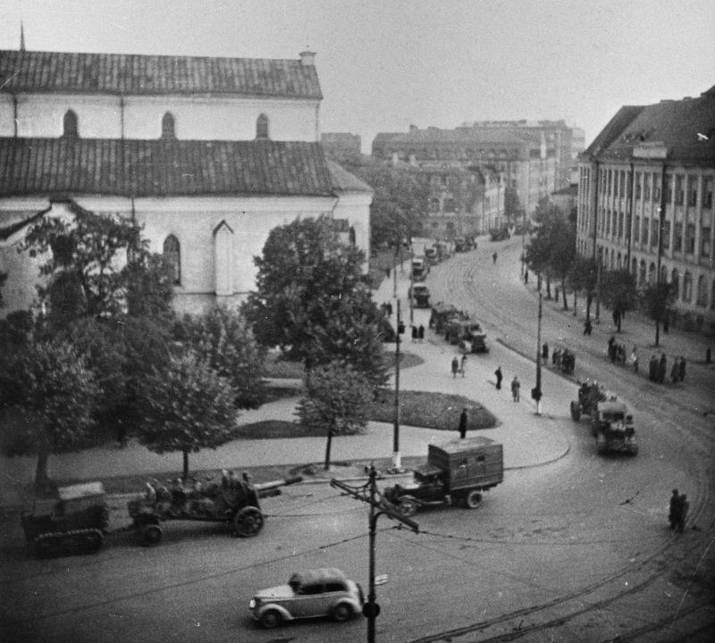 Колонна советских 152-мм гаубиц в освобожденном Таллине. Сентябрь 1944 г.
