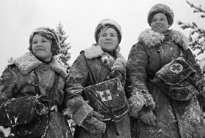 Женщины-санитары 63-й гвардейской стрелковой дивизии Ленинградского фронта. Январь 1944 г.