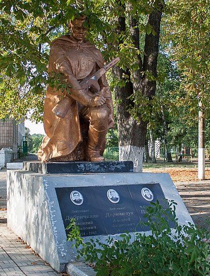 п. Верхнячка Христиновского р-на. Братская могила советских воинов.