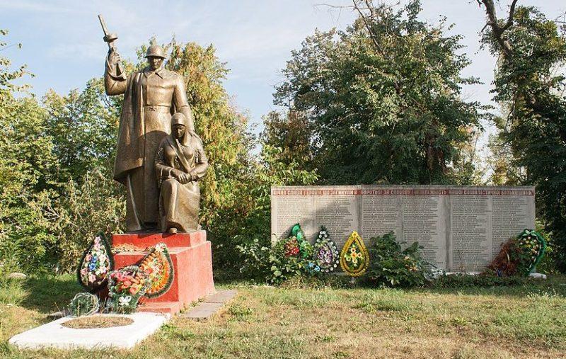п. Верхнячка Христиновского р-на. Памятник воинам-односельчанам.