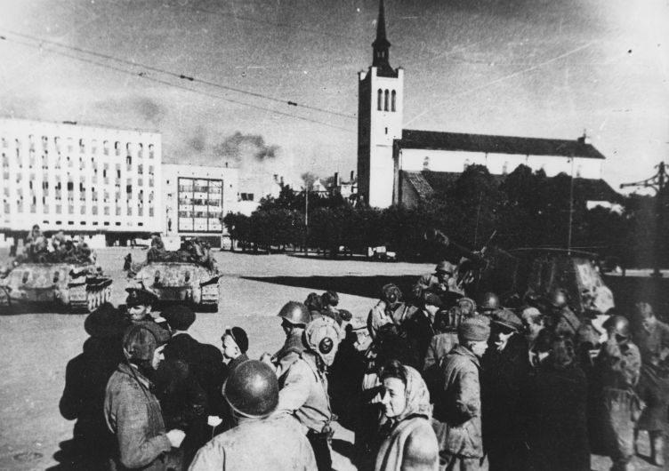 Красноармейцы с жителями освобожденного Таллина. Сентябрь 1944 г.